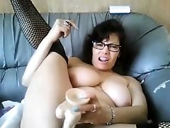 Sexy Amateur Babe fingers creamy Pussy on Cam